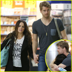 Luke Mitchell & Wife Rebecca Breeds Keep Cozy While Traveling Together!