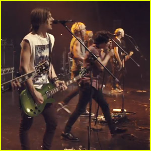 The Vamps Cover 'Counting Stars' With R5 - Watch Now!