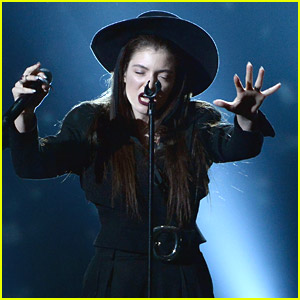 Lorde Performs 'Tennis Court' at Billboard Music Awards 2014