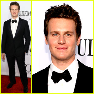 Frozen's Jonathan Groff Makes His Tony Awards 2014 Entrance!