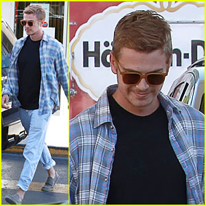Hayden Christensen Still Looks Like a Stud at Gas Station!