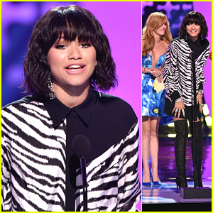 Zendaya Switches Outfits & WINS Choice Style Icon at Teen Choice Awards 2014