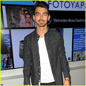 Joe Jonas Plays Around with Fotoyapp During NYFW!