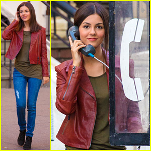 Victoria Justice Uses Pay Phone in Brooklyn, Reminds Us They Still Exist