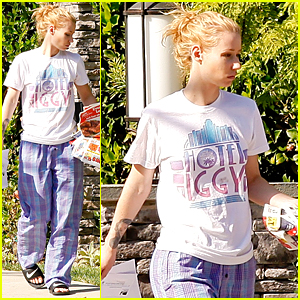 Iggy Azalea Wears Her PJs Outside & Picks Up the Mail at Her New House