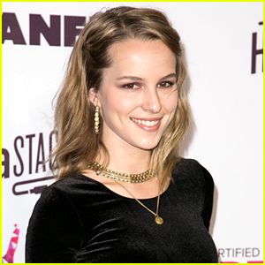 Bridgit Mendler Catches 'Undateable' Cast Dancing To 'Blonde' - See The Video Here!