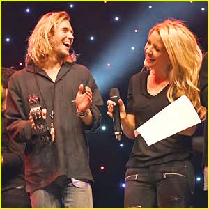 Ellie Goulding & Dougie Poynter Put On A Christmas Show For Charity