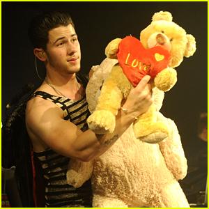 Nick Jonas Performs Valentine's Day Concert in London!
