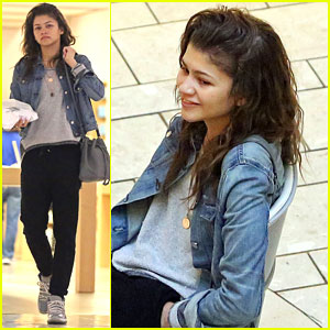 Zendaya's Phone Is 'Trippin' & Typing On It's Own