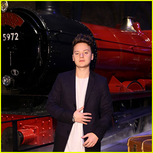 Conor Maynard Checks Out the Hogwarts Express at the Harry Potter Studio Tour in London