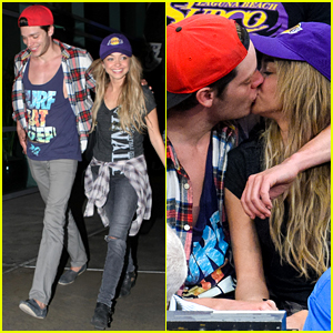 Sarah Hyland Shares Cute Kiss with Boyfriend Dominic Sherwood!