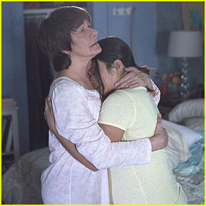 Jane Gets Warm Hugs From Alba In New 'Jane The Virgin' Tonight