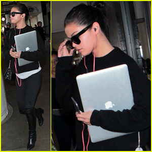 Selena Gomez Carries Her Laptop Through LAX Airport After Met Gala 2015