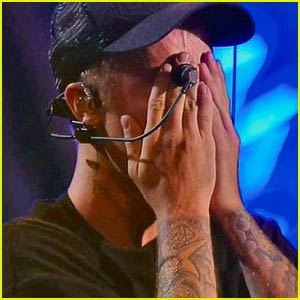 Justin Bieber Breaks Down into Tears at MTV VMAs 2015 After Awesome Performance (Video)