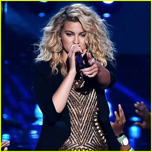 Tori Kelly Slays MTV VMAs 2015 Performance of 'Should've Been Us' - Watch Now!