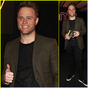 Olly Murs Signs Copies of His Latest Album For Fans