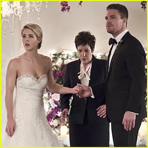 Oliver & Felicity Pretend to Get Married on Tonight's 'Arrow'