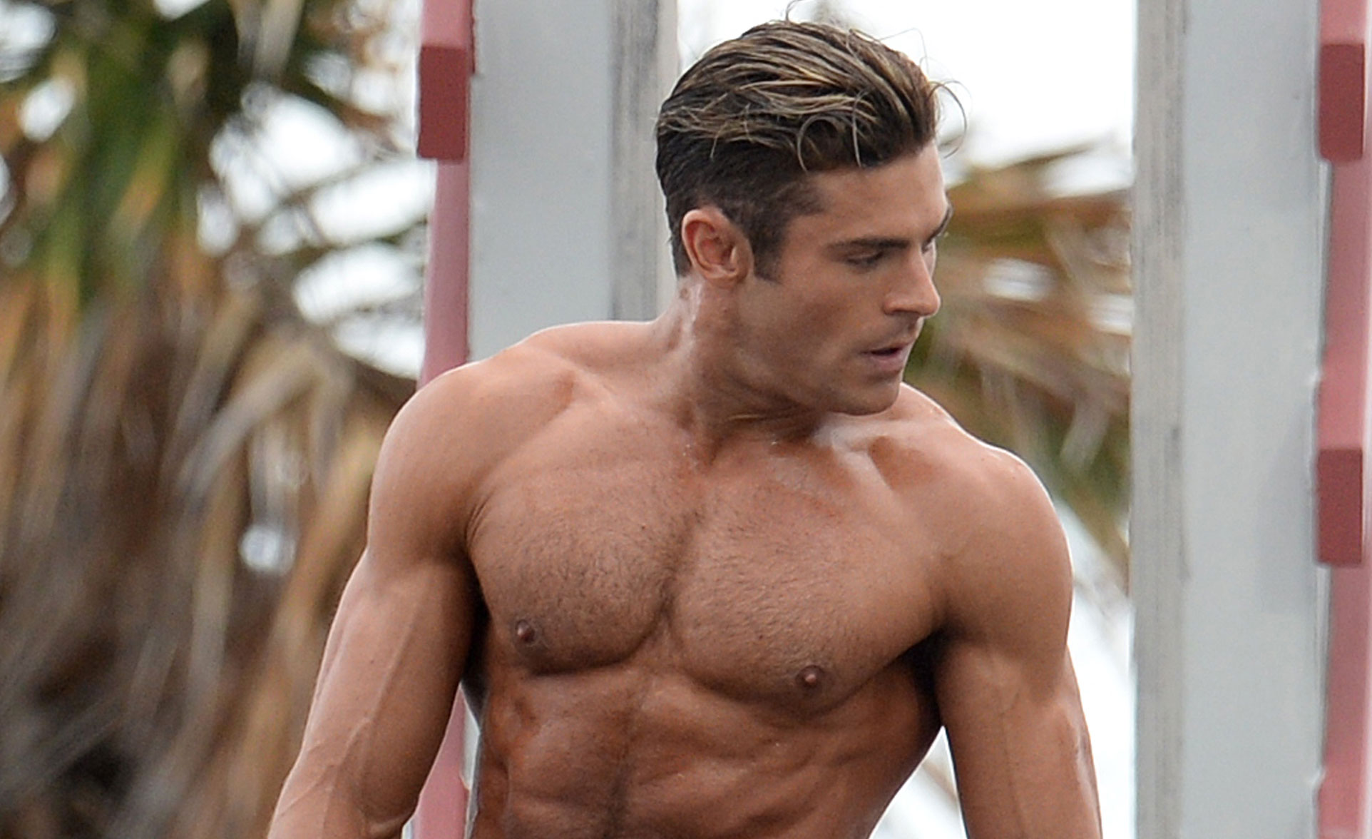 Zac Efron Puts His Chi...