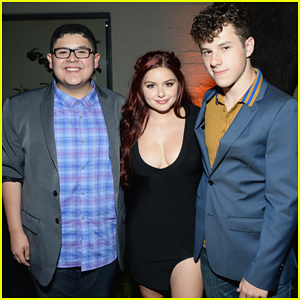 Ariel Winter Joins 'Modern Family' Co-Stars At Emmy Event!