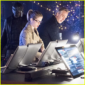 Felicity's Dad Helps Team 'Arrow' Tonight
