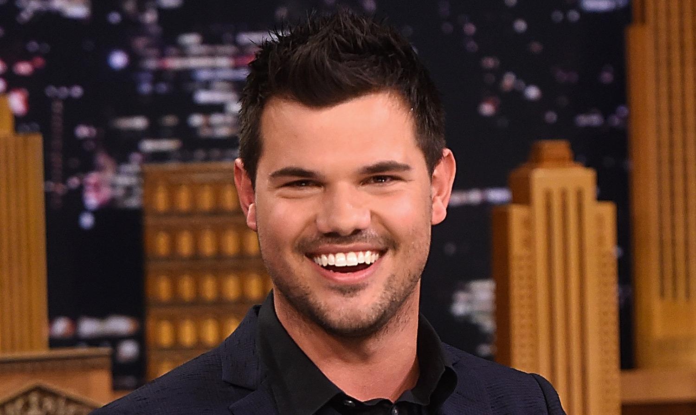 Taylor Lautner Joins Instagram Mentions Ex Taylor Swift In First Post Taylor Lautner Taylor Swift Just Jared Jr