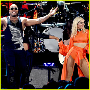 Flo Rida Performs a Bunch of His Hits at Teen Choice Awards 2016