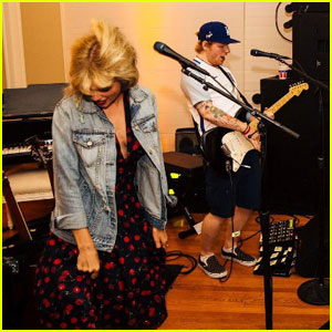 Taylor Swift Covered A Britney Spears Song With Ed Sheeran At Her July 4th Party Ed Sheeran Taylor Swift Just Jared Jr