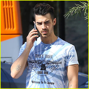 Joe Jonas Spends Some Time With a Pal at a Cigar Lounge!