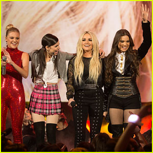 Hailee Steinfeld, Kelsea Ballerini, & Sofia Carson Perform Britney Spears Tribute at RDMAs