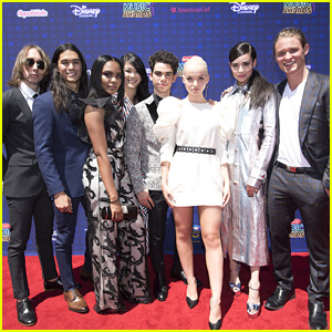 Dove Cameron Rolls Deep With Her 'Descendants 2' Squad at RDMAs 2017