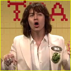 Watch Harry Styles Move Like Mick Jagger in 'Celebrity Family Feud' on 'SNL'! (Video)