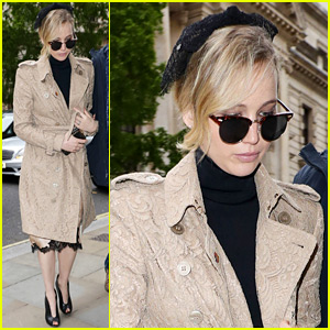 Jennifer Lawrence Stops By Buckingham Palace for a Visit!
