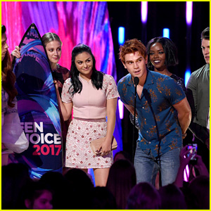 KJ Apa Accepts Surfboard for 'Riverdale' at Teen Choice Awards 2017