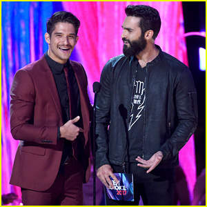 Tyler Posey & Tyler Hoechlin Jokingly Mix Up Their Lines at Teen Choice Awards 2017
