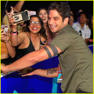 Tyler Posey Is Super Fan-Friendly at MTV VMAs 2017
