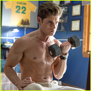 Gregg Sulkin Does Bicep Curls in Hot New 'Runaways' Still!