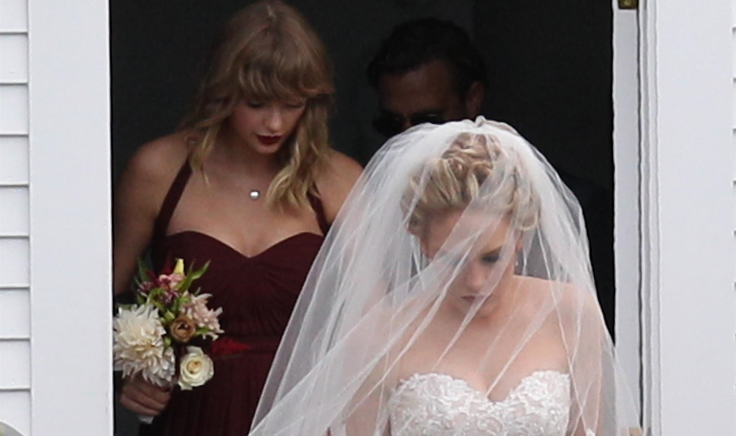 Taylor Swift Holds BFF Abigail Anderson\'s Dress at Her Wedding ...