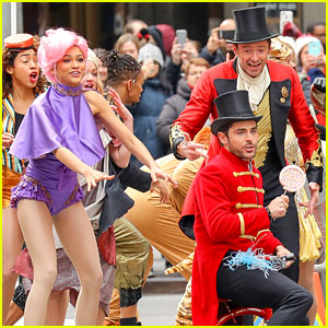 Zac Efron Zendaya Promote The Greatest Showman In Costume Zac