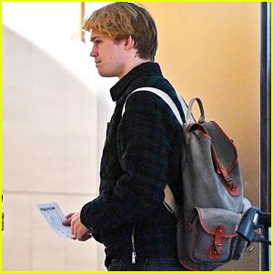 Joe Alwyn Hops on a Plane to Go Visit Girlfriend Taylor Swift!