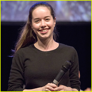 Anna Popplewell Makes Rare Appearance at MagicCon 2018
