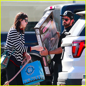 Zac Efron & Alexandra Daddario Take a Trip to the Pet Store With Their Dogs!
