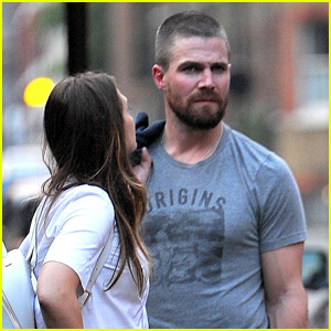 'Arrow' Star Stephen Amell Steps Out in London!