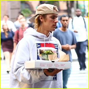Justin Bieber Goes on a Pizza Run in NYC!