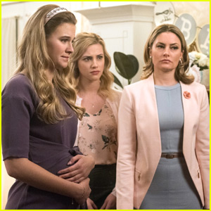 Mädchen Amick Keeps Her 'Riverdale' Tradition Going - See What It Is Here!