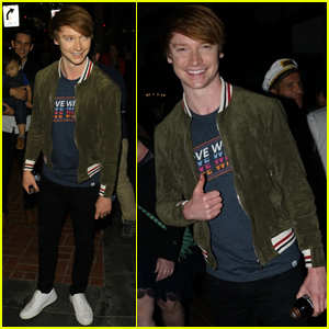 Calum Worthy Meets With Fans at Comic-Con 2019!