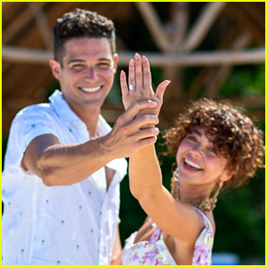 Modern Family's Sarah Hyland Is Engaged - See Her Ring!