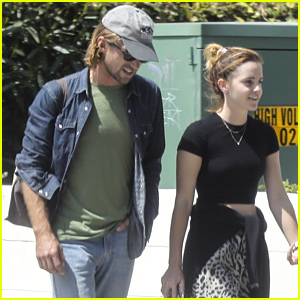 Emma Watson Grabs Pizza For Lunch in Los Angeles