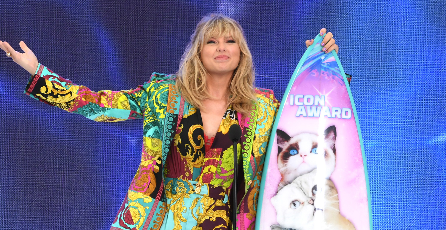 Taylor Swift Receives A Surfboard With Her Cats On It At Teen Choice 2019 2019 Teen Choice Awards Alex Morgan Taylor Swift Teen Choice Awards Just Jared Jr