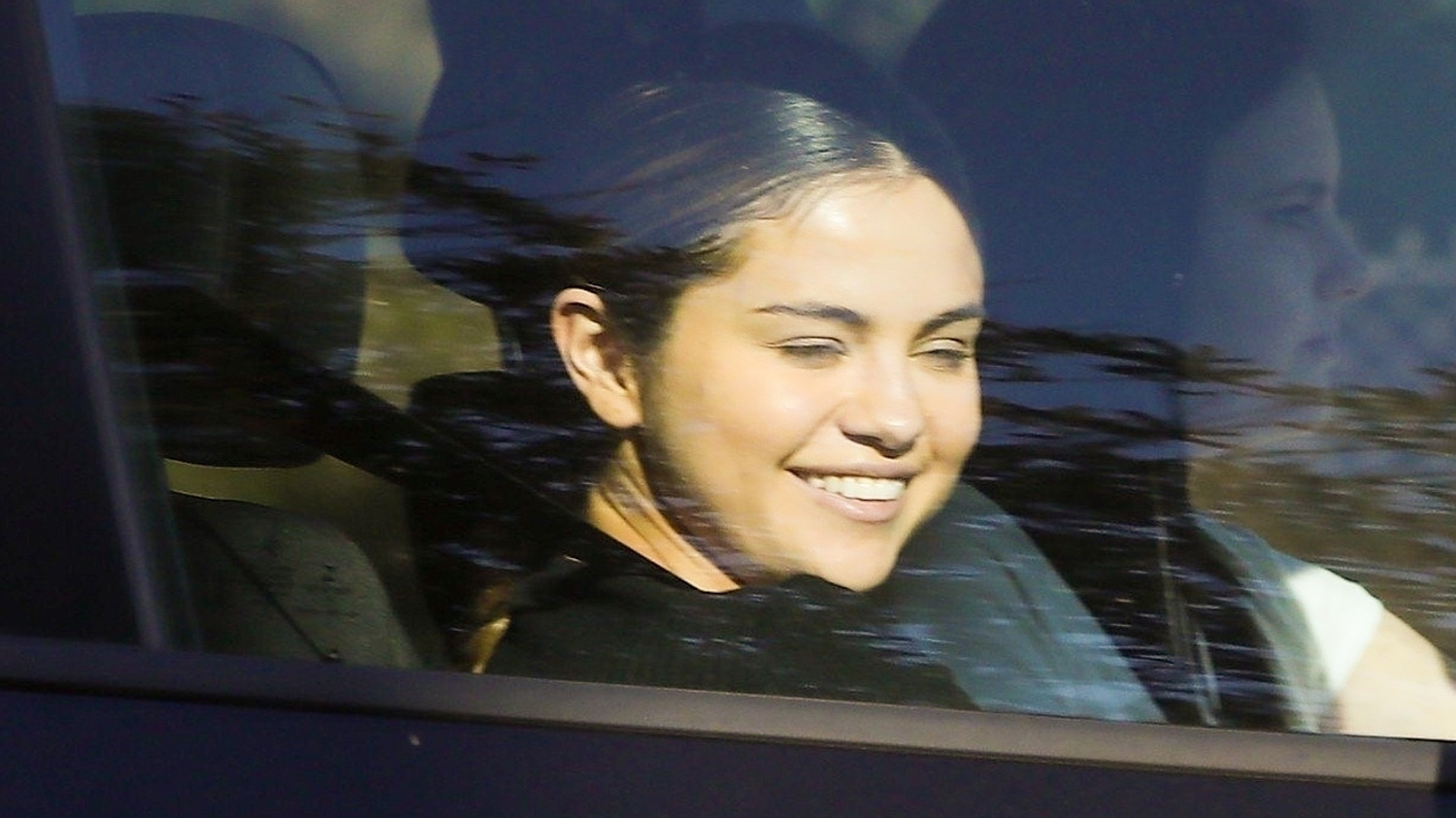 Selena Gomez Enjoys a Lunch Date With Her Friends!
