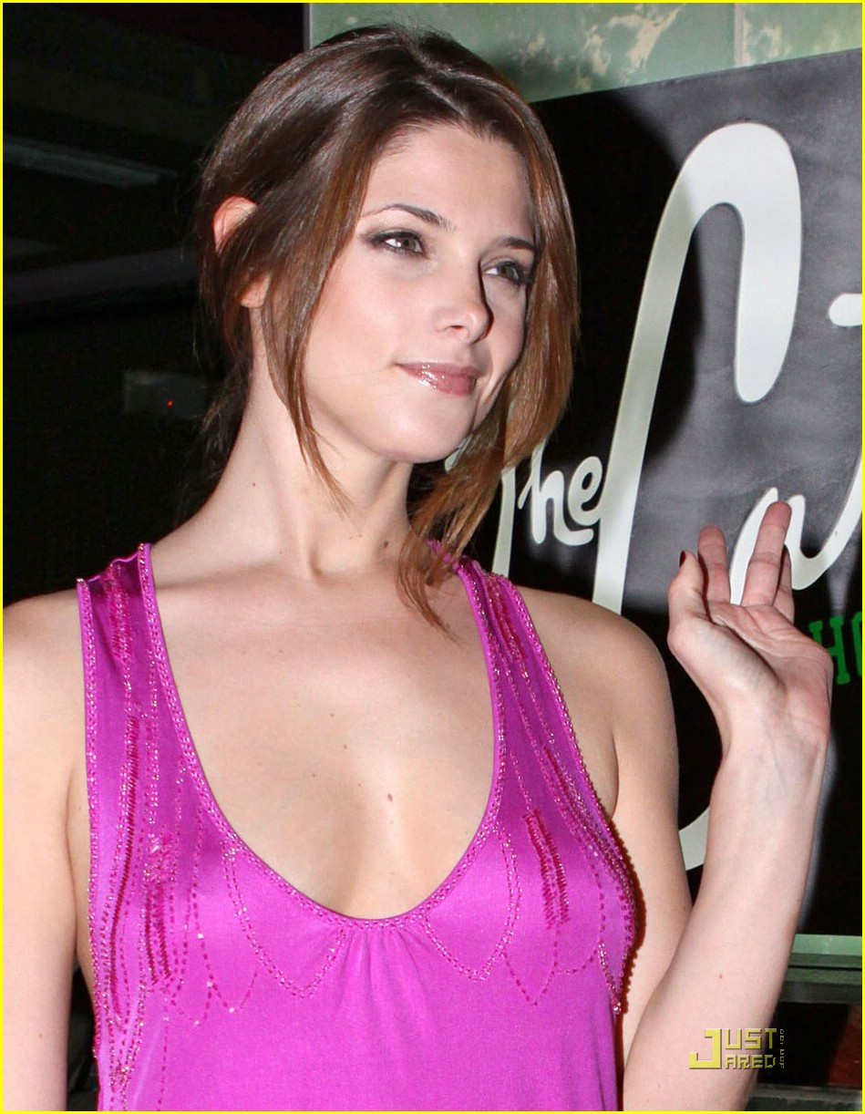 Pictures to drool over - Page 6 Ashley-greene-annalynne-mccord-miami-03